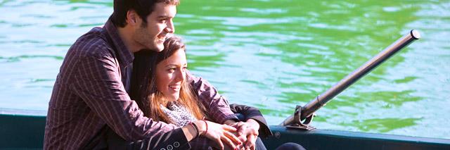 Casal em passeio pelo rio em Pucón