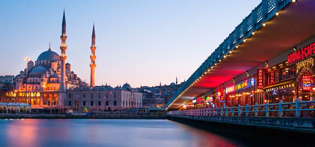A moderna Ponte Galata, no Estreito de Bósforo