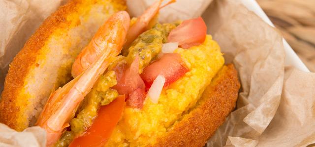O acarajé é uma comida típica da Bahia e conquista qualquer turista pelo paladar. Nos passeios em Salvador, não faltarão barraquinhas onde a gastronomia rola solta