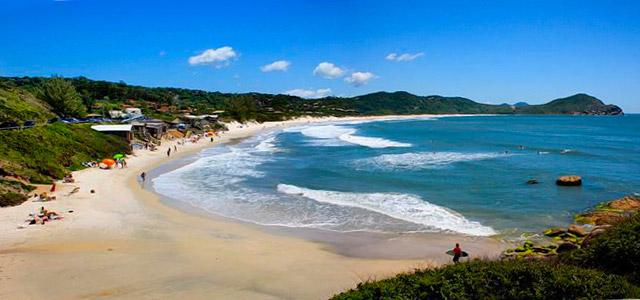 Praia do Rosa, em Santa Catarina, uma das mais belas praias do Brasil. A Hospedaria das Brisas, parceira do Zarpo, está com uma oferta imperdível no feriado do dia do trabalho no Brasil
