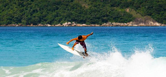 Prática de surf é muito comum na praia de São Pedro, uma das praias do Guarujá protegidas por leis ambientais