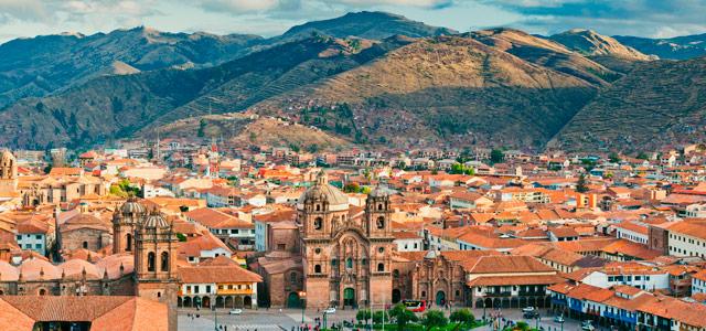 A cidade de Cusco atrai muitos visitantes devido as construções coloniais e por ser uma cidade festeira. No pacote para Machu Picchu, ela já está inclusa no roteiro