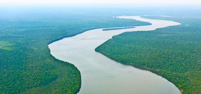 A estonteante beleza do Rio Amazonas após o encontro das águas do Rio Solimões e Negro