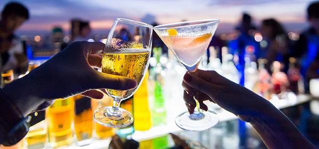 Depois que o sol se despediu de Ilhabela, uma boa opção para embalar a noite é o Estaleiro Bar
