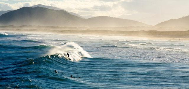 A praia da Joaquina é muito famosa e frequentada por surfistas. Mesmo que você não surfe, não deixe de conhecer as belezas da praia nos passeios em Floripa