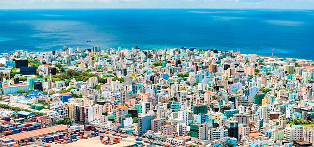 Malé, a capital das Ilhas Maldivas, embora lembre as grandes cidades, ainda preserva um cenário belíssimo