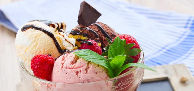 Delicie-se com a guloseima mais famosa de Bonito, o sorvete assado com frutas e chantilly.
