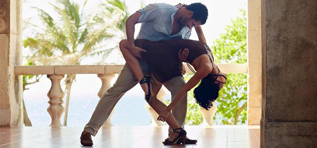Sinta o ritmo quente da dança de Cuba.