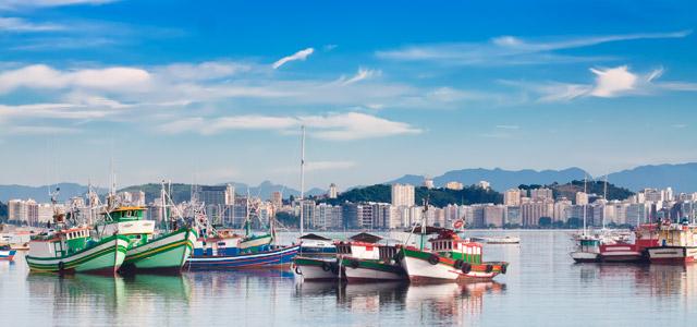 Desfrute de um relaxante passeio de barca para chegar até Niterói e conhecer a charmosa Praia de Itacoatiara.