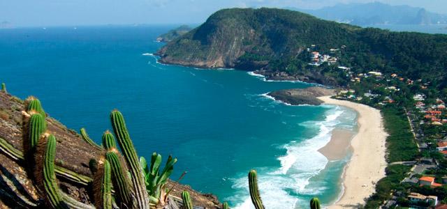 Conheça a melhor praia de Niterói, a Praia de Itacoatiara.