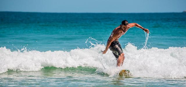 Curte Surf? Visite a Praia de Itacoatiara e desbrave as altas ondas dessa pacífica praia.