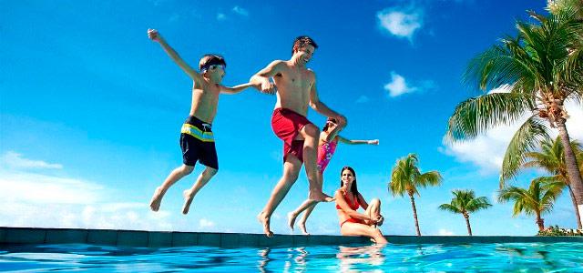 familia-piscina-sunscape-punta-cana-zarpo-magazine