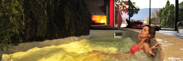 Spa  Antumaco, esculpido em uma rocha vulcânica, no Hotel Antumalal, em Pucón