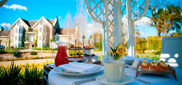 Café da manhã servido no jardim do Saint Andrews Gramado