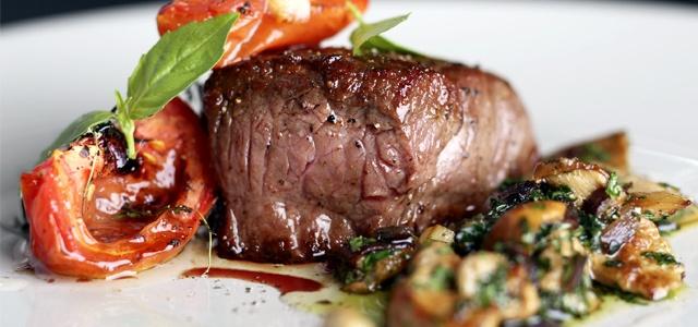Restaurante Manu - Carne assada com tomate e cogumelos
