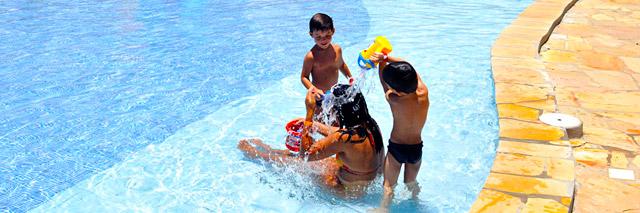 Crianças brincam na piscina do Grand Oca Maragogi