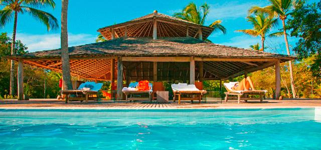 Piscina do hotel Vila Naiá, em Corumbau
