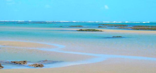 Recifes que se formam no lado leste da praia