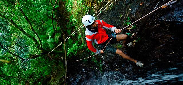 Rapel na cachoeira é para os mais aventureiros