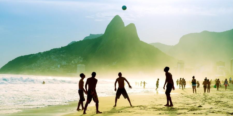 Feriado com os pés na areia: Passe o dia do trabalho no Brasil!