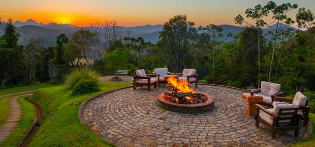 Rosa dos Ventos: hotel membro da Associação Roteiros de Charme, está situado na encantadora Teresópolis e tem vista para o lago. O sossego e o verde tomando conta de você no feriado do dia primeiro de maio