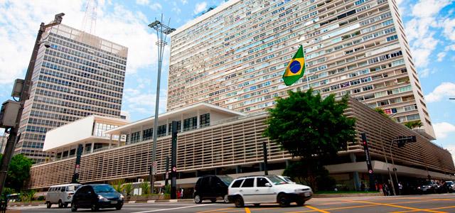 A Avenida Paulista é o cartão postal da cidade e atrai milhares de turistas por conta da sua diversidade. Quando for se hospedar em algum dos Hotéis em São Paulo que citaremos nesse artigo, não deixe de visitá-la