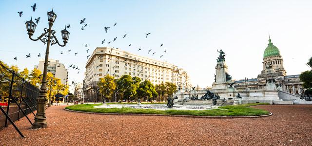 Buenos Aires é a tradicional capital que não pode ficar fora do roteiro das suas visitas às cidades da Argentina. Além da beleza, ali você encontra belas edificações, noite badalada, espaços culturais e os famosos tangos
