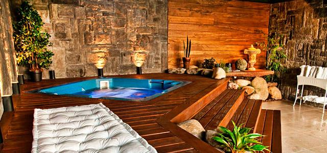 Casa da Montanha: hotel localizado no centro para que você aproveite o agito com bares e restaurantes no entorno. Um dos mais sofisticados hotéis em Gramado, com 120 rótulos de vinhos, massagens e terapias corporais