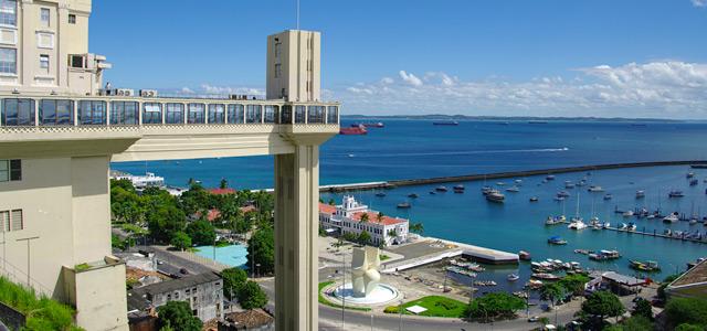 O elevador Lacerda é o cartão postal da cidade e muito útil nos seus passeios por Salvador. Ele transita entre a cidade baixa e a cidade alta, para que você conheça os pontos turísticos de Salvador