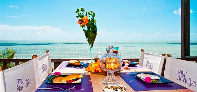 Pipa Privilege: café da manhã nesse hotel em Pipa é algo indescritível. Com vista para o mar e construído sobre uma falésia, promete atendimento cortês e estada promissora