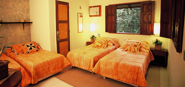 Os bangalôs do hotel Amazon EcoPark são aconchegantes, com chuveiro elétrico e varanda. Se não lhe agrada a idéia de se hospedar em um hotel de selva, saiba que no Amazon EcoPark você estará em boas mãos