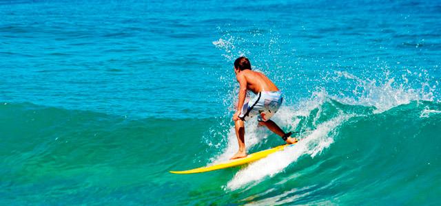 A praia de Camburi é apreciada pelos surfistas desde a década de 70