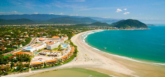 Vista aérea do Sofitel Guarujá Jequitimar, de frente para a praia de Pernambuco, uma das melhores praias do Guarujá