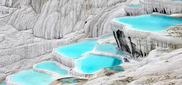 Pamukkale é um conjunto de piscinas de águas termais localizado na Turquia que atrai muitos turistas aventurareiros