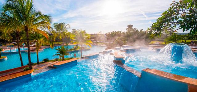 O Blue Tree Park Lins é considerado um dos hotéis com maior piscina de águas termais da hotelaria brasileira