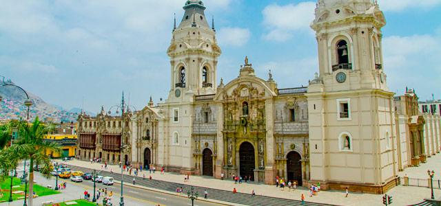 A imponente Catedral de Lima. Reserve já o seu pacote para Machu Picchu