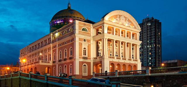 Teatro Amazonas, símbolo da arquitetura neoclássica, é um dos cartões postais de Manaus