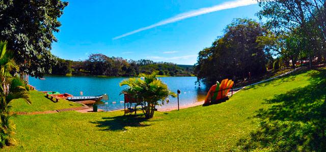O lago do Hotel Fazenda Areia que Canta é muito convidativo e está repleto de natureza à sua volta