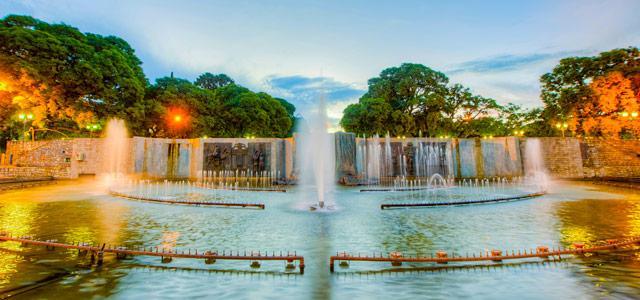 Plaza Independencia, um dos pontos turísticos de Mendoza. Por lá ocorre diariamente a feira de artesanatos