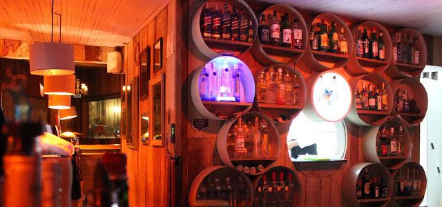 O bar Creoula é uma boa opção para curtir uma noite animada! Essa e outras dicas de o que fazer em Ilhabela você poderá ver aqui na Mag