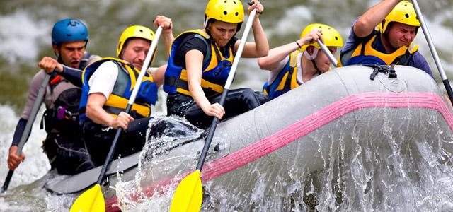 A prática de rafting nas corredeiras é uma das indicações de passeios em Brotas