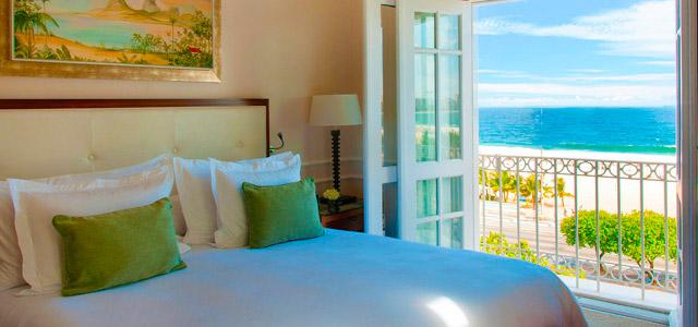 Suítes luxuosas, quadras de esporte, piscina, de frente para o mar...se hospedar no Copacabana Palace é uma experiência inigualável!
