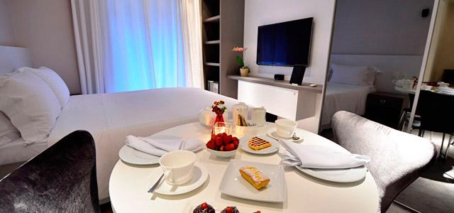 Acomodações confortáveis com móveis design criam um ambiente íntimo e sofisticado. Sua viagem para Gramado cheia de romantismo