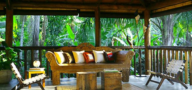 Móveis rústicos dão um toque de charme na Pousada Villa Manakás. Reserve dias de paz!