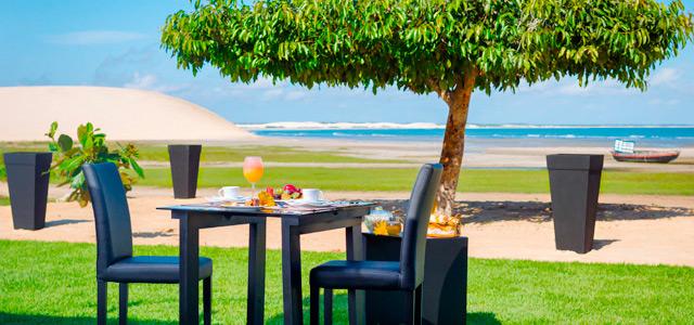 Café da manhã no jardim do Essenza Hotel