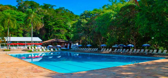 Momentos para relaxar na piscina do Eldorado Atibaia Eco Resort