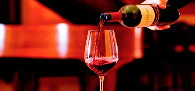 Sim, no Hotel Villa Rossa também tem adega cheia de vinhos da melhor qualidade