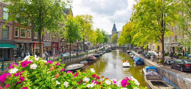 Os canais conversados de Amsterdam permitem até os barcos-casa