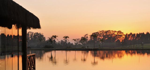 O pôr do sol no Mavsa Resort