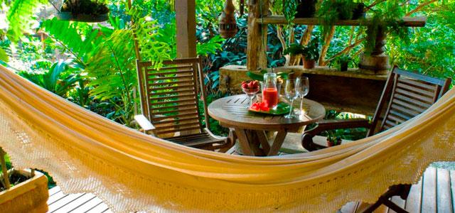 Deck e café da tarde no L'éden Pousada Boutique
